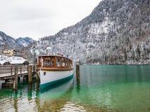 Abbellisca la nave passeggeri sul Koenigssee, Baviera, Germania del moutain del lago di verde blu Immagine Stock Libera da Diritti