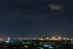 Abbellisca la notte della città con il cielo scuro lunatico drammatico immagini stock libere da diritti