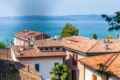 Abbellisca la polizia del lago con le case nella priorità alta, Italia Immagini Stock
