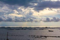 Abbellisca la spiaggia di sriracha e la barca tradizionale vicino ai crostacei fa Fotografia Stock Libera da Diritti
