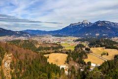 Abbellisca la vista alla città Reutte in Austria con le alpi nei precedenti Il Tirolo, Austria Immagine Stock Libera da Diritti