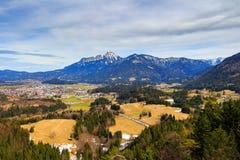 Abbellisca la vista alla città Reutte in Austria con le alpi nei precedenti Il Tirolo, Austria Fotografie Stock Libere da Diritti