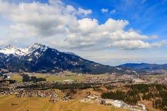 Abbellisca la vista alla città Reutte in Austria con le alpi nei precedenti Il Tirolo, Austria Fotografia Stock