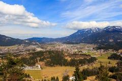 Abbellisca la vista alla città Reutte in Austria con le alpi nei precedenti Il Tirolo, Austria Immagine Stock