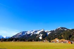 Abbellisca la vista alla città Reutte in Austria con le alpi nei precedenti Il Tirolo, Austria Immagini Stock