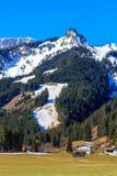 Abbellisca la vista alla città Reutte in Austria con le alpi nei precedenti Il Tirolo, Austria Fotografie Stock