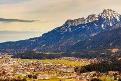 Abbellisca la vista alla città Reutte con le alpi, Tirolo, Austria Fotografia Stock Libera da Diritti