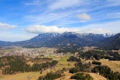 Abbellisca la vista alla città Reutte con le alpi, Tirolo, Austria Fotografie Stock