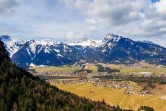Abbellisca la vista alla città Reutte con le alpi, Tirolo, Austria Immagine Stock Libera da Diritti