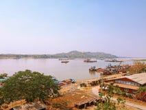 Abbellisca la vista dal fiume ap di Sagaing Irrawaddy del ponte della strada di Tadar immagine stock