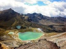 Abbellisca la vista dei laghi verde smeraldo variopinti e del paesaggio vulcanico, il parco nazionale di Tongariro, Nuova Zelanda Immagine Stock