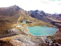Abbellisca la vista dei laghi verde smeraldo variopinti e del paesaggio vulcanico, il parco nazionale di Tongariro, Nuova Zelanda Fotografie Stock