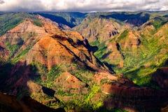 Abbellisca la vista del canyon di Waimea nella luce del giorno con le ombre, Kauai Fotografia Stock