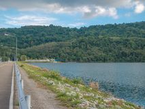 Abbellisca la vista del colpo Ward Dam, Phuket, Tailandia Lanuginoso bianco fotografie stock libere da diritti