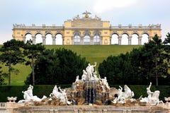 Abbellisca la vista del palazzo Gloriette di Schönbrunn del tbe compreso il giardino e la fontana immagini stock libere da diritti