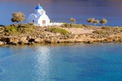 Abbellisca la vista della chiesa bianca alla spiaggia mediterranea, Amorgos Fotografie Stock Libere da Diritti