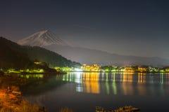 abbellisca la vista della montagna di Fuji e del lago Kawaguchiko alla notte dalla prefettura di Yamanashi, Giappone fotografia stock libera da diritti