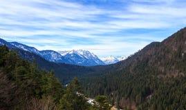 Abbellisca la vista delle alpi dal ponte di Highline 179 Reutte, Tirolo, Austria Fotografie Stock