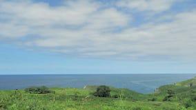 Abbellisca la vista delle colline verdi e dell'acqua blu dell'oceano alla Spagna del Nord video d archivio