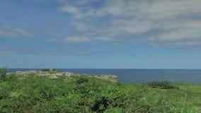Abbellisca la vista delle colline verdi e dell'acqua blu dell'oceano alla Spagna del Nord stock footage
