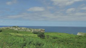 Abbellisca la vista delle colline verdi e dell'acqua blu dell'oceano alla Spagna del Nord archivi video