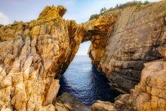 Abbellisca la vista delle formazioni rocciose Korakonissi in Zacinto, Grecia Fotografia Stock