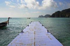 Abbellisca la vista delle montagne del mare e del crogiolo di coda lunga all'isola del phi del phi del KOH in Tailandia in Krabi Fotografia Stock Libera da Diritti