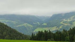 Abbellisca la vista delle nuvole che si spostano per le colline delle montagne alpine Timelapse stock footage
