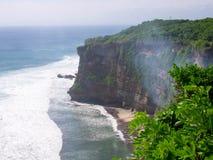 Abbellisca la vista di alta scogliera al tempio di Uluwatu, Bali, Indonesia Fotografie Stock