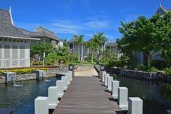 Abbellisca la vista di bello hotel di località di soggiorno dell'alta società con il piccolo ponte di legno che collega il passag Immagini Stock