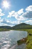 Abbellisca la vista di grande fiume con una canoa Fotografia Stock