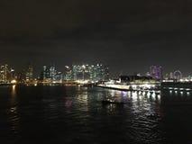Abbellisca la vista di notte dal mare del porticciolo finanziario e dei MBS Singapore Immagini Stock