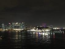 Abbellisca la vista di notte dal mare del porticciolo finanziario e dei MBS Singapore Fotografia Stock