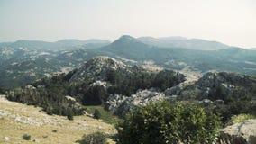 Abbellisca la vista di panorama da sopra alle montagne e la città montenegro stock footage