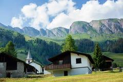 Abbellisca la vista di piccolo villaggio in alpi svizzere sul tramonto Fotografia Stock