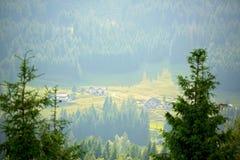 Abbellisca la vista di piccolo villaggio in alpi svizzere sul tramonto Fotografie Stock Libere da Diritti