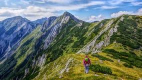 Abbellisca la vista laterale di lato sud del picco di montagna Sija e di un alpinista Fotografie Stock Libere da Diritti