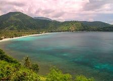 Abbellisca la vista sopra la baia circondata dalle montagne in Lombok, I Immagini Stock Libere da Diritti