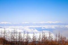 Abbellisca la vista sopra la linea della nuvola con le alpi del Giappone su quinto Stati Immagini Stock Libere da Diritti