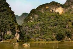 Abbellisca nel coc del tam, baia asciutta del halong nel Vietnam immagine stock libera da diritti