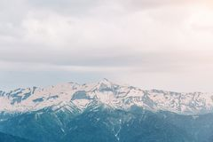 Abbellisca, tempo nuvoloso, picchi di alta montagna con neve Immagine Stock Libera da Diritti