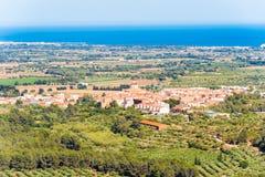 Abbellisca, vista di vecchia città spagnola e valle, Montbrio del Camp, Tarragona, Catalunya, Spagna Immagini Stock Libere da Diritti