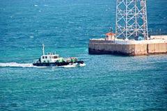 Abbellisca, visualizzazioni panoramiche della linea costiera e la porta dalla nave all'ancora ed in porta fotografie stock