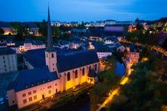 Abbey de Neumunster i Luxembourg på natten Arkivbild