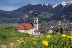 Abbey Fiecht, Austria Vista a la abadía y a la iglesia con las montañas en el fondo Foto de archivo libre de regalías