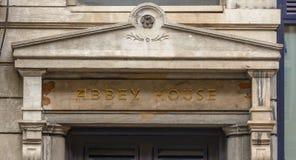 Abbey House Pediment Lizenzfreies Stockfoto