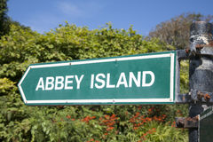 Abbey Island Sign Derrymore fjärdstrand, Irland Arkivfoto