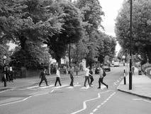 Abbey Road die in zwart-wit Londen kruisen Stock Foto's
