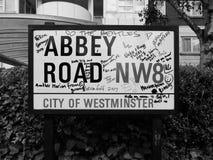 Abbey Road firma adentro Londres blanco y negro Imagenes de archivo