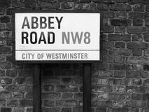 Abbey Road firma adentro Londres blanco y negro Foto de archivo libre de regalías